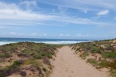 По песку идти одновременно тяжело и приятно