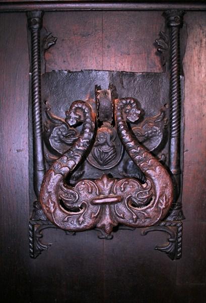 ручка входной двери замка Бран