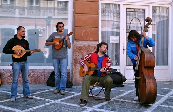 уличные музыканты Брашова