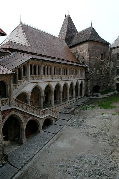 замок Корвин, внутренний двор