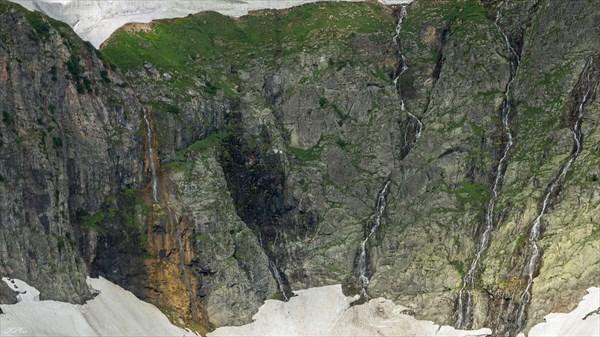 Водопады со стены