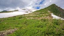 Зеленый гребень, по которому идет спуск с перевала Караташский
