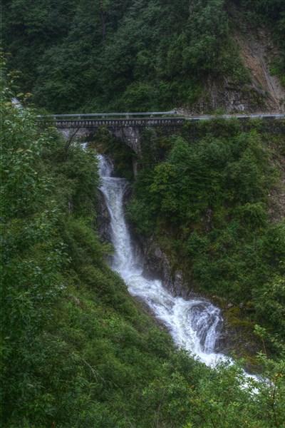Один из многочисленных водопадов и мостов