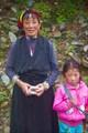 Типичная тибетская женщина с ребенком.