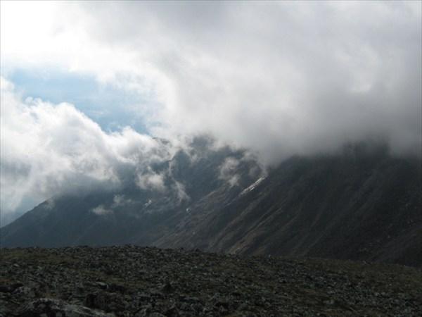 Облака ципляются за горы
