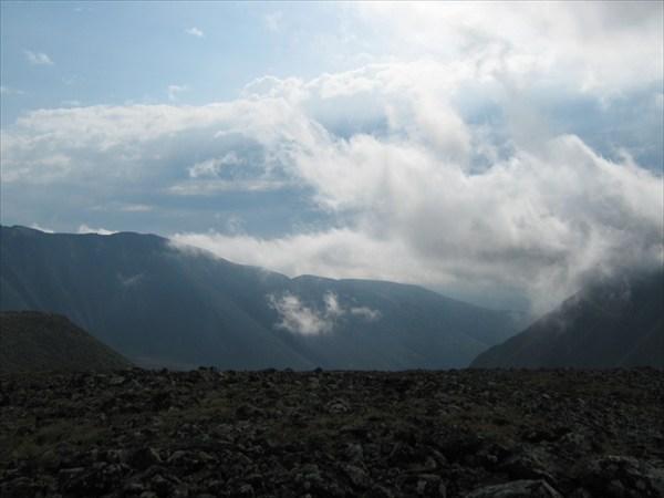 Над перевалом тучи ходят хмуро