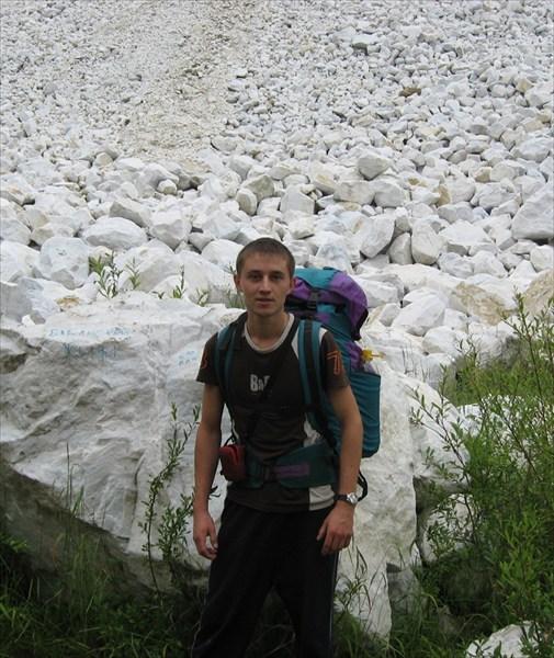 Саша.-на фоне горы из чистого мрамора.Это-отвалы карьера.