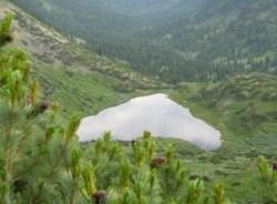 Вид сверху на озеро Сердце(ниже-долина реки Беымянной.)