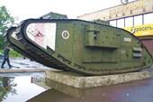 Британский танк на постаменте