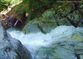 Вода в расщелине водопада