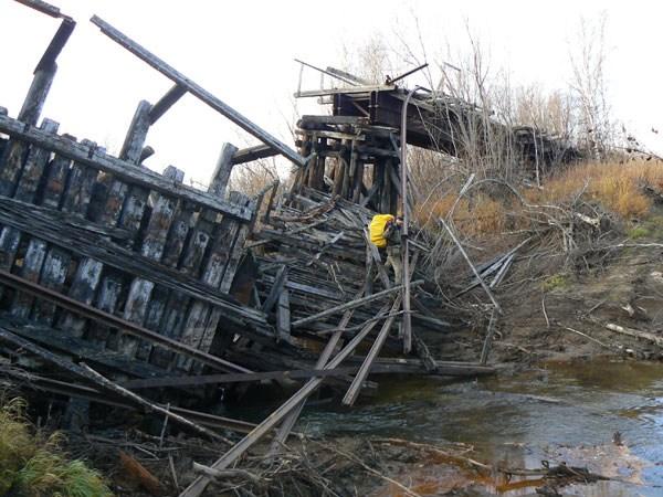 Переправа через старый обвалившийся жеелзнодорожный мост.