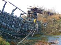 Переправа через старый обвалившийся железнодорожный мост
