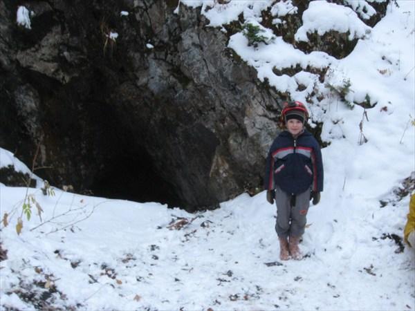Юный спелеолог у входа в Пещеру