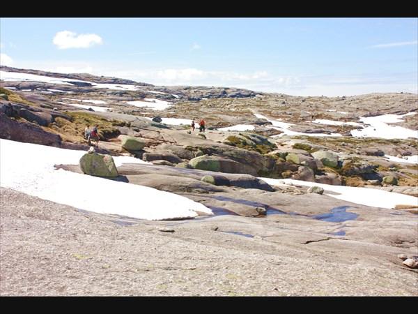 Туристы по дороге к Камню