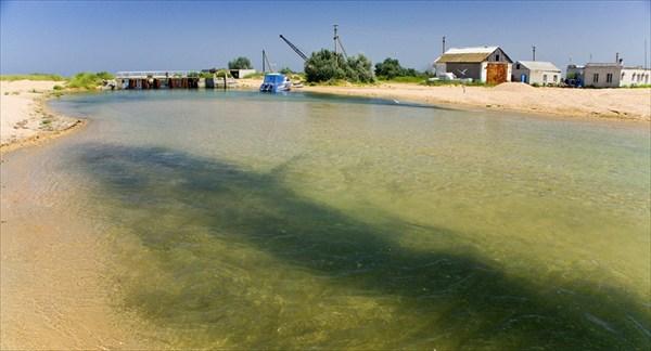 Канал соединяющий Черное море и Кизилташский лиман.