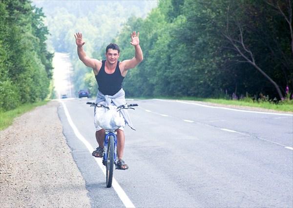 Мой двоюродный братец Юра Решетников на велосипедиста не похож