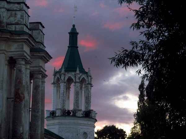 на фото: Спасо-Яковлевский монастырь