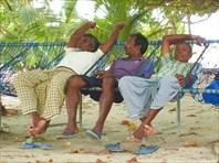 Мальдивские аборигены на традиционной коммунальной площадке