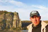 Андрей на фоне скалы `Палец`
