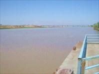 Вид с парома на новый автомобильный мост через Пяндж.