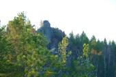 Скалы поменьше укрыты зеленью - ель, кедр, берёза