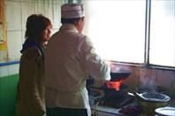 Китайцы готовят пищу в китайской сковородке,