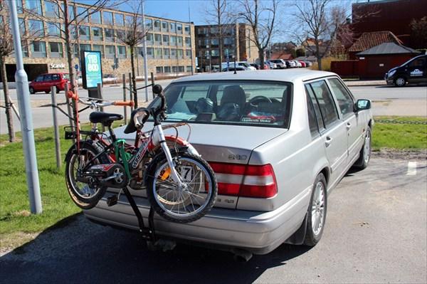 С малых лет на велосипедах!