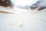 Следы медведя (слева) и людей (справа), спуск с перевала Опэйбин