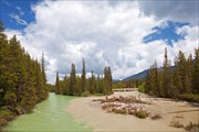 Река в деревне Lake Louise во время наводнения