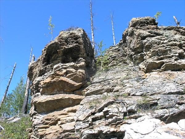 Скалы и утесы редки  к реке не примыкают.