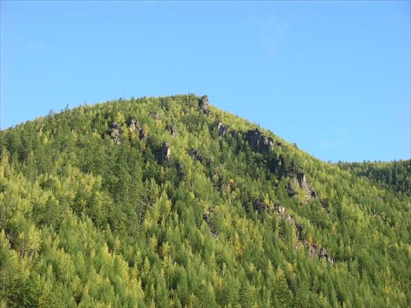Надо заметить, что склоны гор покаты и залесены.
