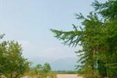 На горизонте Кодарский хребет.