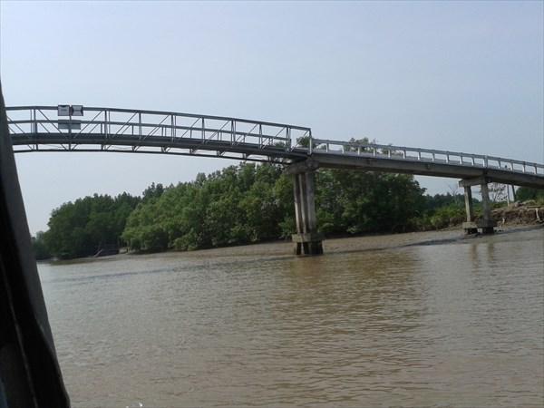 Автомобильный мост через реку.