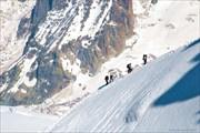 Альпинисты на гребне Эгюий-дю-Миди