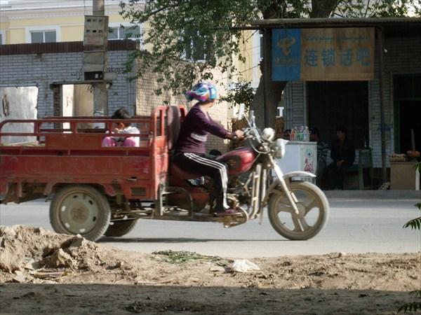 В кузове грузового  мотоцикла удобно перевозить детей...