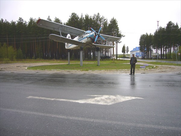 Великий труженик АН-2 на постаменте в аэропорту Советский.