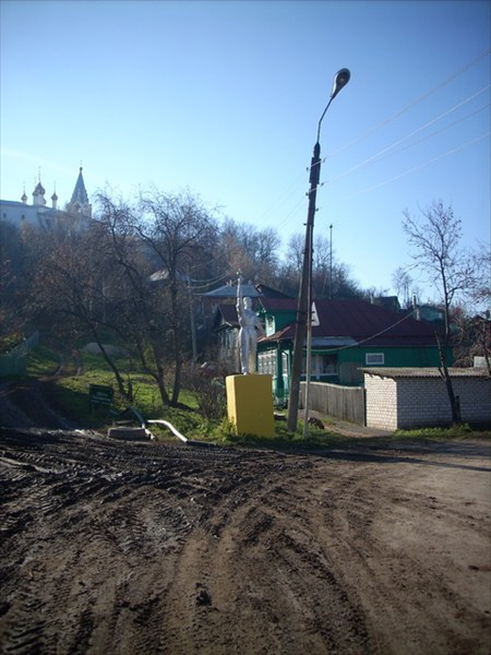 на фото: Памятник трактористу