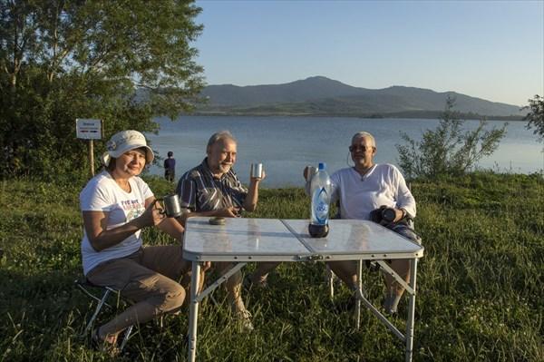 Ну, за озеро Белое  и первую ночевку в РФ! Фото Г. Радченко