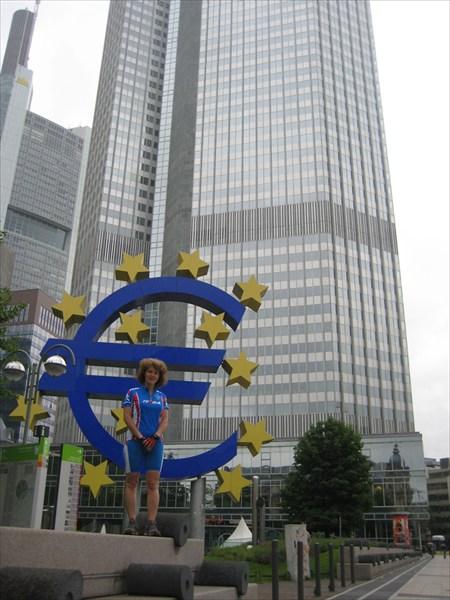 на фото: Франкфурт. Мы в финансовом центре Европы.