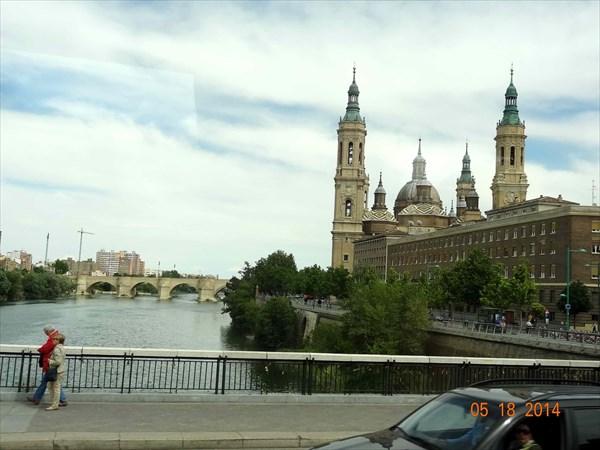Кафедральный собор Пилар и каменный мост.