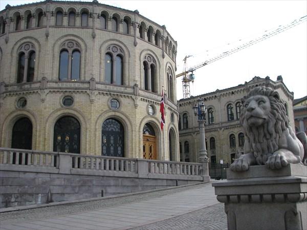Парламент. Говорят, эти львы ночью оживают и едят туристов
