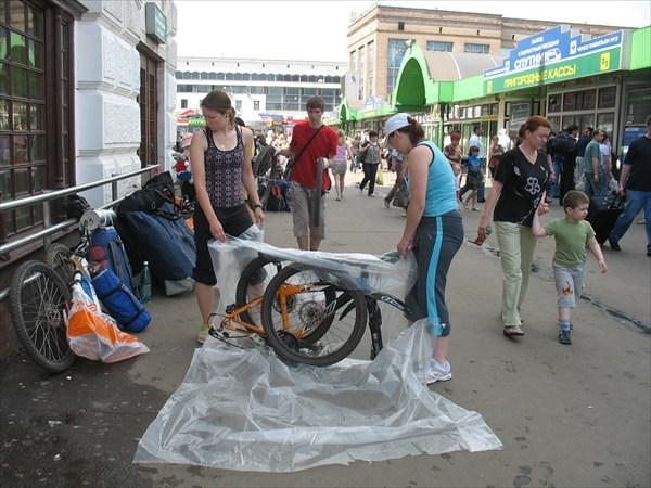 Упаковываем велы на Ярославском вокзале