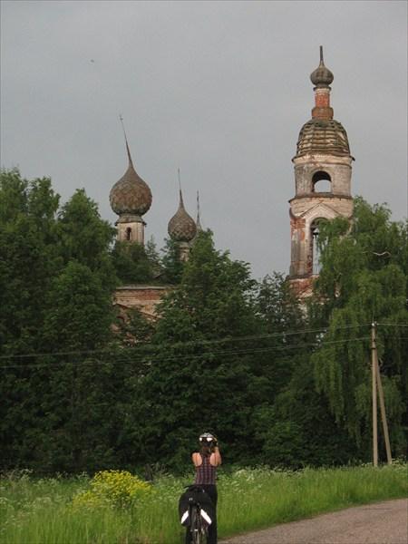 Разрушающаяся церковь в Боровицах