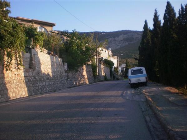 Узкие и крутые улицы Фороса.