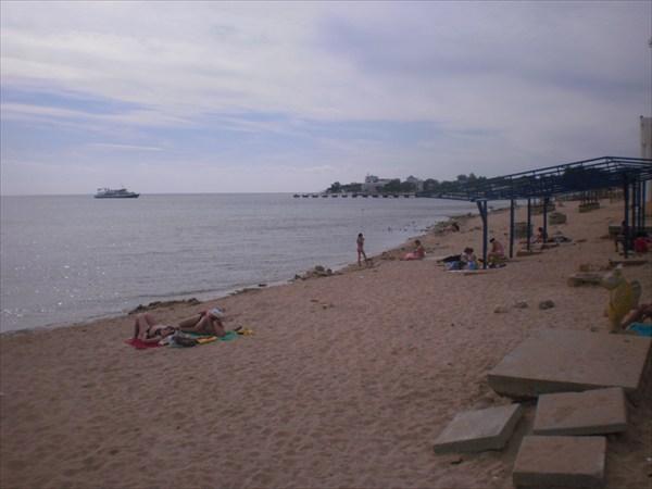 Есть там и пляж.
