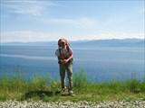На фоне Байкала