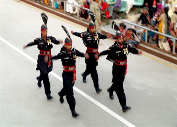 на фото: Караул сопровождения флага
