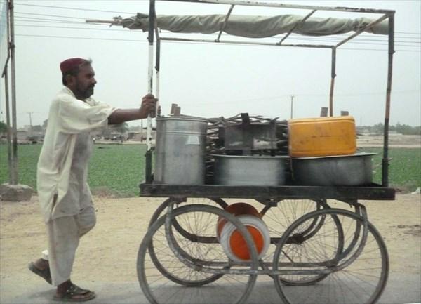 Торговец едой с тележки