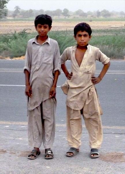 Мальчишки шедшие по дороге
