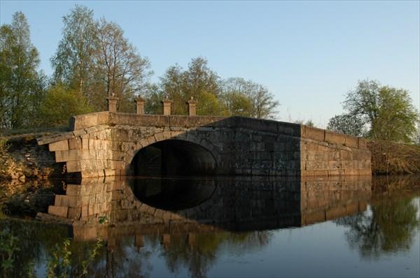 Гранитный мост через безвестный ручеек в лесной глуши
